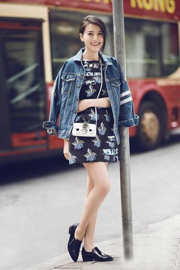 高圆圆穿出帅气的bf风格,搭配印花连衣裙,甜美可爱.