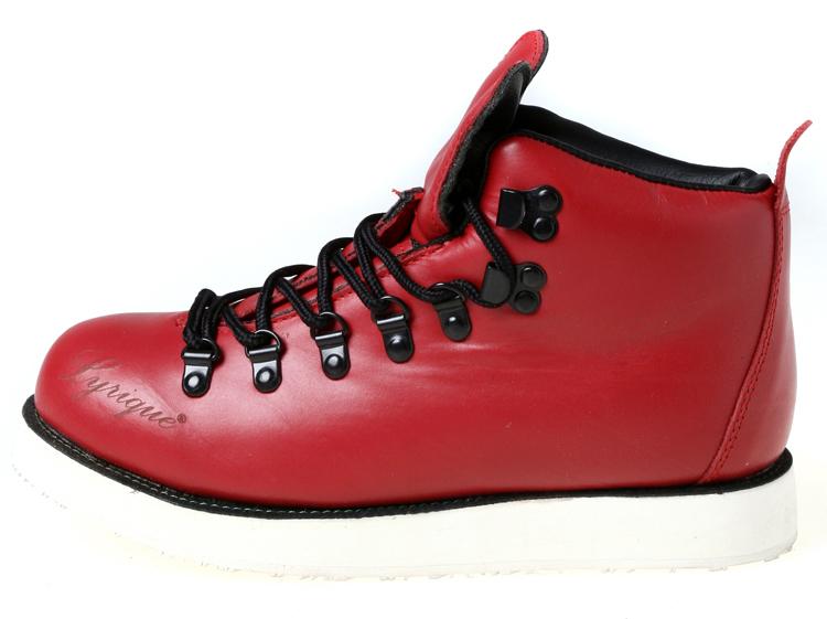 红色鞋身和黑色鞋带扣的搭配非常和谐自然