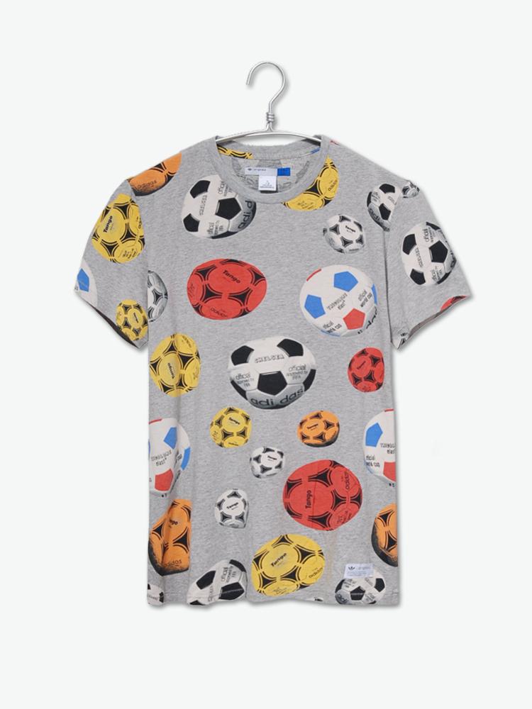 设计了以足球为元素的独特足球波点图形,各式色彩的足球印制满整件t恤